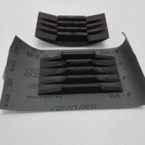 Tampone per carta abrasiva in gomma semplicissimo da usare – art. 031M - aperto con carta